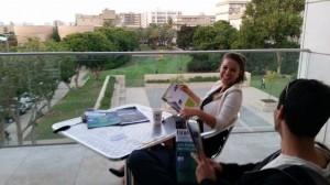 TransTech5 : Aély Haccoun et un lecteur assidu d'Israël Science Info sur le campus de l'université de Tel Aviv