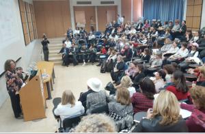A la tribune, le Pr Rivka Carmi, présidente de l'université Ben Gourion du Néguev