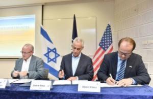 A g. le maire de Chicago Rahm Emanuel, puis le vice-président exécutif du Technion pour la recherche et le Prof. Wayne D. Kaplan