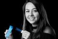 Diane Abensur Bessin avec le prototype de kit de test Nanosynex