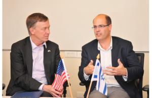 John Hickenlooper gouverneur du Colorado (à g.)  et le chief scientist Avi Hasson