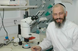 Dr. Offer Gerlitz at the Institute for Medical Research Israel-Canada IMRIC), in the Hebrew University's Faculty of Medicine (Photo: Hebrew U.)