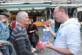 Le personnel de Hadassah explique les MPOC à un passant au Marché Yéhuda à Jérusalem
