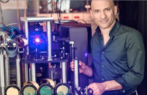 Jeff Steinhauer dans son laboratoire à côté de l'expérience qu'il a menée sur le rayonnement de Hawking. © Nitzan Zohar