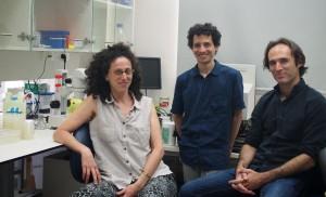 de d. à g. : Prof. Oded Rachavi, Itai Toker et Rachel Posner (Crédit : TAU)