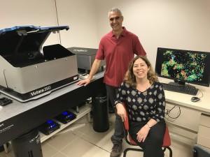 Le Prof. Uri Ashery (debout) et le Dr. Dana Bar-On