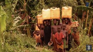 Enfants africains allant chercher de l'eau (photo IsraAid)